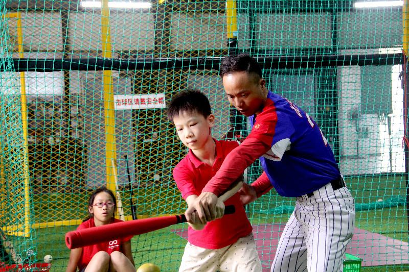首次体验棒球小朋友林睿诚:防止对方OUT我们!